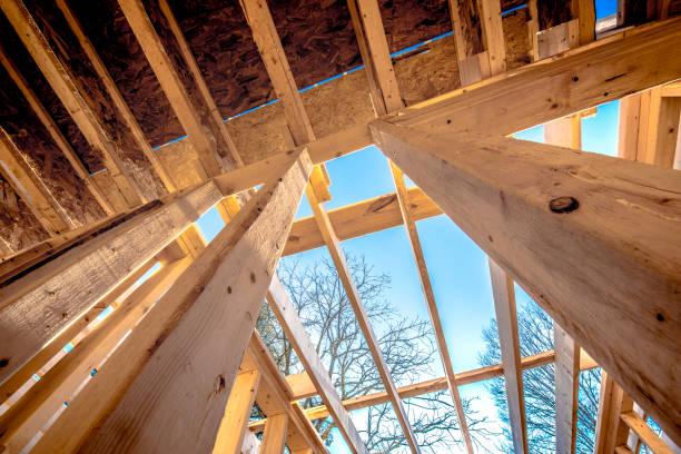 Vue en contre-plongée d'une maison à ossature bois en construction